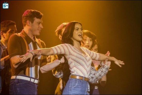 Quel parent décide de participer à la comédie musicale des élèves de Riverdale High ?
