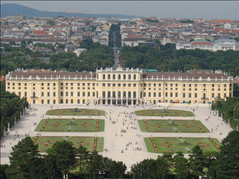 En 1897, qui est à l'origine de la fondation d'un groupe de peintres, de sculpteurs et d'architectes nommé la Sécession de Vienne ?