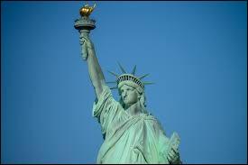 Que tient dans la main la statue de la Liberté ?