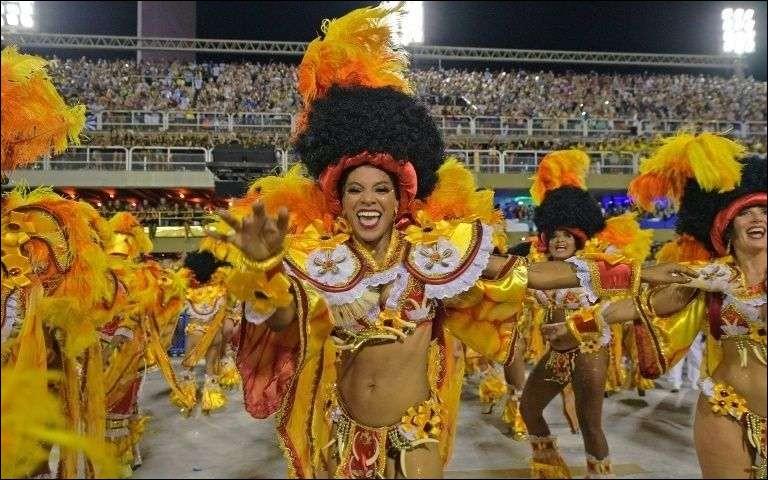 Lors du carnaval de Rio de Janeiro, au Brésil, quel défilé se déroule sur le sambodrome Marquês de Sapucaí ?