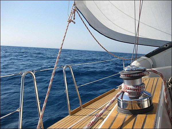 Si je vous dis : « aide appréciée par l'équipage d'un voilier », vous répondez :