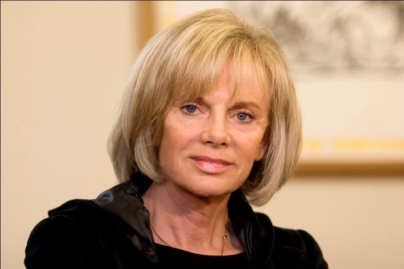 Cette femme politique elle a été plusieurs fois ministre. Elle a été la première femme nommée à la tête d'un ministère régalien en France lorsqu'elle est devenue garde des Sceaux, ministre de la Justice, en 1997 : c'est ...