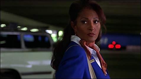 Année : 1997 Genre : Policier Acteurs : Pam Grier, Samuel L. JacksonIndices : Couleurs/Aéroport/Transfert/Trafiquant. Quel est ce film ?