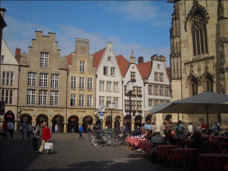 Cette ville allemande du Land de Rhénanie-du-Nord-Westphalie, peuplée de 300 000 habitants, connue pour le caractère et l'agrément de son centre historique, c'est :