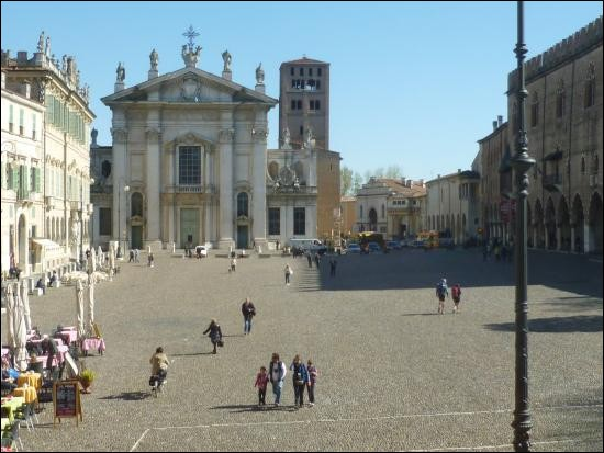 Cette ville italienne, en Lombardie, située dans la plaine du Pô, connue pour ses nombreux édifices des XVe et XVIe siècles, c'est :
