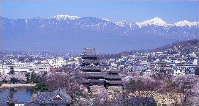 Cette ville de 240 000 habitants, située au coeur des Alpes japonaises et dominée par son château du XVIe siècle, c'est :