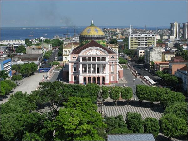 Cette ville brésilienne, située sur les rives du Rio Negro, à proximité de son confluent avec l'Amazone, plus grande ville de l'Amazonie avec 2 millions d'habitants, c'est :
