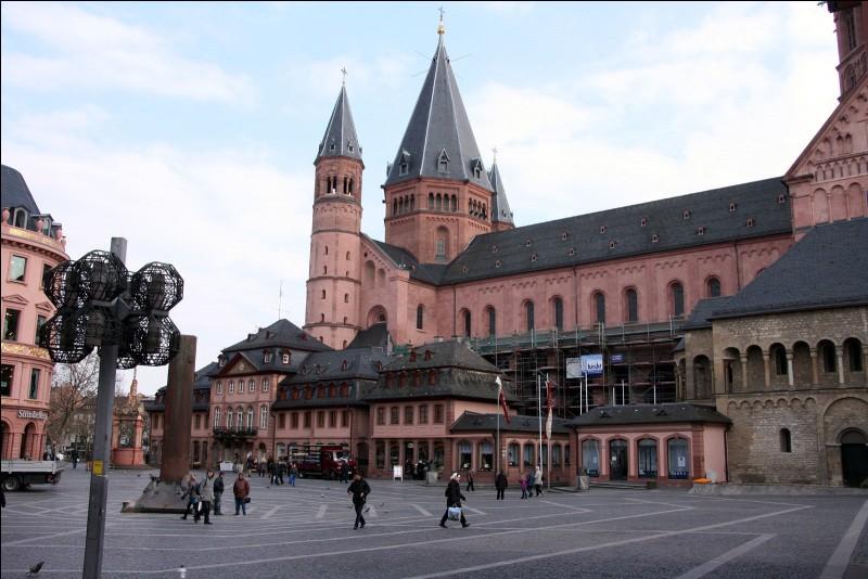 Cette ville allemande, sur le Rhin, connue pour sa vieille ville aux maisons à colombages et pour son musée Gutenberg, c'est :