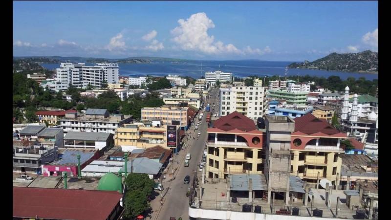 Cette ville africaine, située sur les bords du lac Victoria, deuxième ville de Tanzanie avec 500 000 habitants, c'est :
