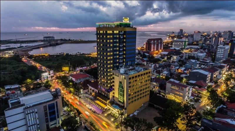 Cette ville d'Indonésie, peuplée de 1,5 million d'habitants et située dans le sud de l'île de Sulawesi (Célèbes), capitale de la province, c'est :