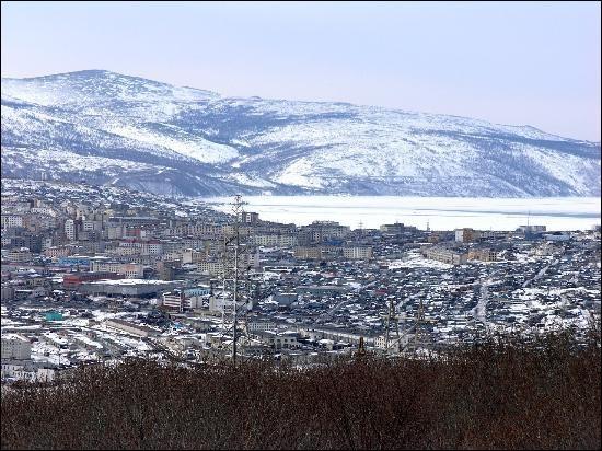 Cette ville de l'extrême orient russe, peuplée de 90 000 habitants, port sur la mer d'Okhotsk, c'est :
