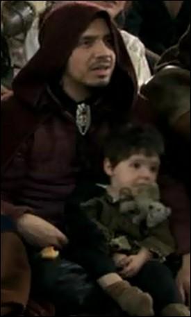 Qui est le jeune garçon sur les genoux d'Arthur ?