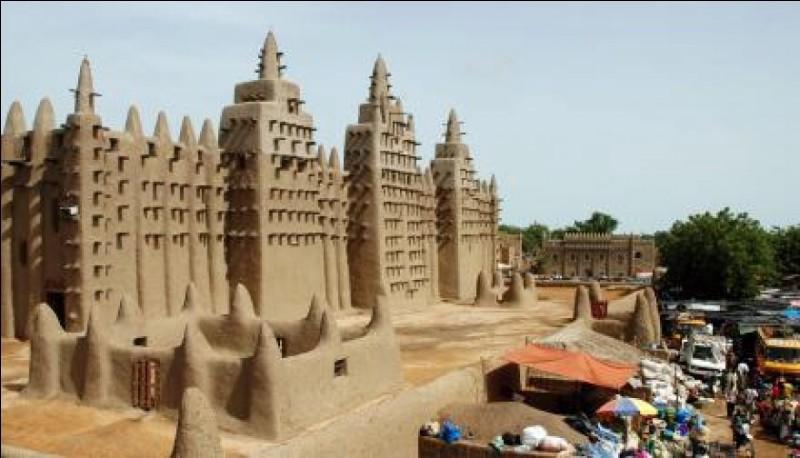Quel est le nom de la ville malienne fondée, au XIIe siècle, au bord du désert du Sahara ?