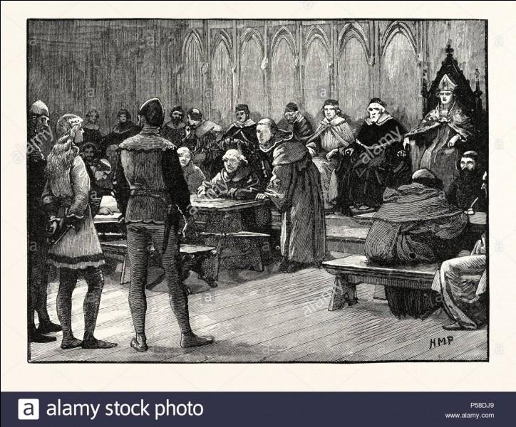 Malgré leur volonté, ses accusateurs peinent à trouver des charges contre Jeanne. Elle est vierge et bonne chrétienne, en désespoir de cause, de quoi est-elle accusée ?