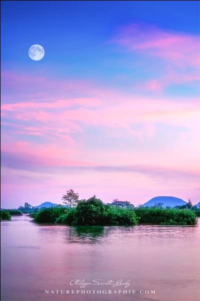 On y retrouve de beaux paysages et des couchers de soleil avec une lumière différente : photo d'une île pour ''Backpackers'' et le cliché a pour nom ''My Island''.''L'île a la réputation d'accueillir les fêtards du monde car ses space cakes surpassent ceux d'Amsterdam.''Trouvez le pays de cette île dont ''l'atmosphère générale est à la détente et à la sieste sur les hamacs le long du Mékong'' :