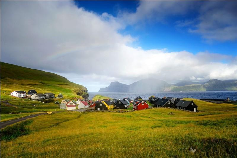 ''Bienvenue dans l'un des derniers paradis naturels !'' Un archipel de 18 îles entre la Norvège et l'Islande. La photo a le nom de ''Rainbow over'' et on y voit le village de Gjogv.Quel est cet endroit qui compte un peu moins de 50 000 habitants et environ 80 000 moutons ?