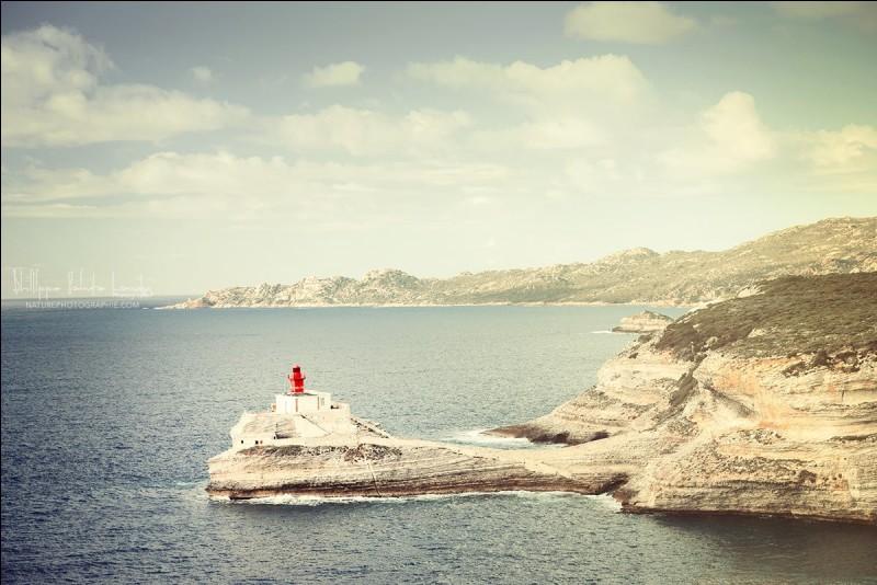 Il fait toujours très venteux à ce Cap sud. C'est vraiment un beau pays pour la photographie avec ''une nature superbe, généreuse et sauvage''. C'est un endroit particulier pour ces chanceux de randonneurs.On voit ici le phare des Lavezzi qui éclaire le détroit qui se rend jusqu'en Sardaigne. Dans quel pays est-on ?