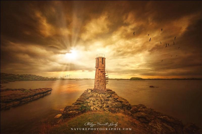 Le toit de ce phare est construit à partir d'une roue de moulin. Il est haut de 7 mètres et pour pouvoir accéder à son étage supérieur, il faut emprunter des marches extérieures. Ce serait le seul phare côtier avec cette caractéristique en Europe. Le nom de la photo est ''Passing Time''. Le phare qu'on y voit est celui de Ballycurrin, au coucher du soleil.Dans quel pays est-on ?