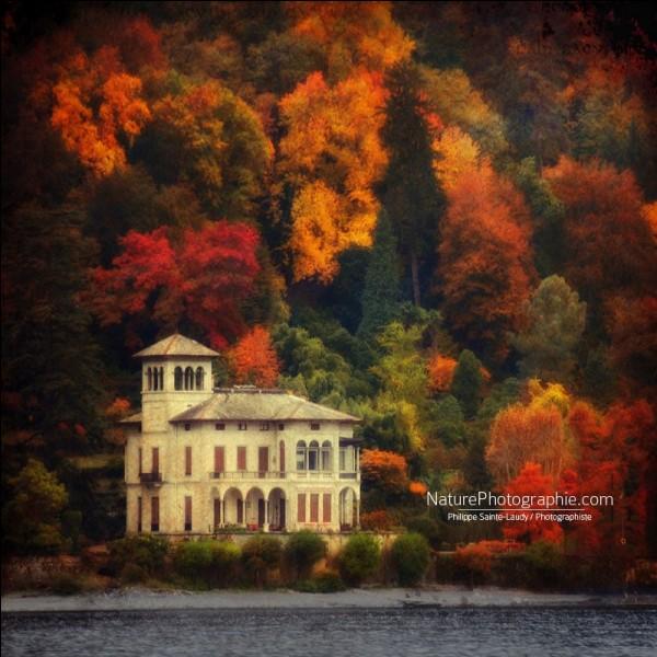 Celle-ci, avec raison, c'est une des préférées du photographe Philippe Sainte-Laud : ''Destination romantique et très agréable hors saison. La nature environnante est splendide.'' On est donc dans les Alpes et en Lombardie : dans quel pays est-on ?