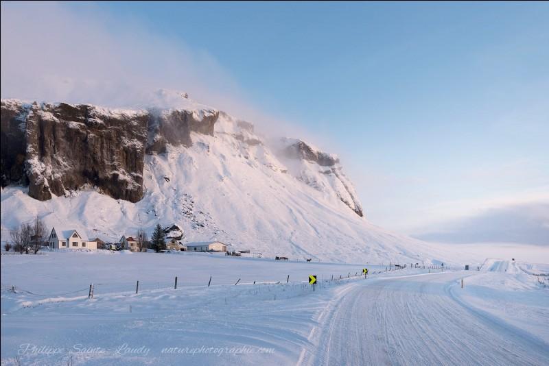 Pour un photographe, ce pays offre de fantastiques paysages et possède la lumière d'un paradis blanc : il confie qu'il apprécie pouvoir arrêter partout son véhicule en toute prudence et photographier à loisirs.Cette oeuvre, classée sous le nom de ''Winter Story'', provient de quel pays ?