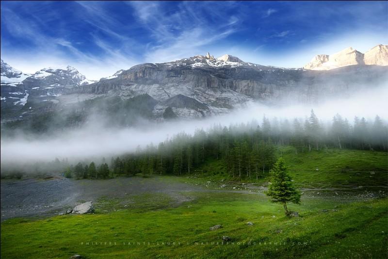 La photographie s'appelle ''Moutains lover'' ce qui interpelle. L'auteur dit : ''Le choix du cadrage démontre la pertinence du photographe''. On doit donc ici considérer la brume matinale qui divise la photographie entre la montagne, au soleil et le plateau, à l'ombre.Ce sont les Alpes de quel pays sur cette photo ?