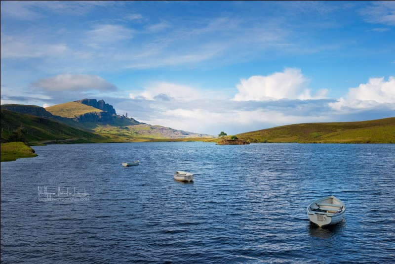 Nous sommes à Portree, un port de pêche, capitale de l'île de Skye.On voit le ''Old man of Storr'' un menhir de 55 m.Quel est ce pays dont les attraits pour un photographe sont des paysages d'un ''vert lumineux, ciel dramatique à souhait et lumière de folie'' ?