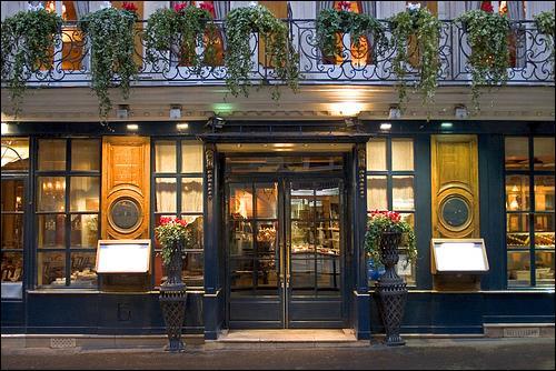 Quel célèbre café-restaurant était le repère du milieu intellectuel aux XVIIIe et XIXe siècle ?