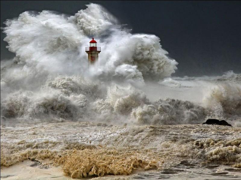 La structure de 65 000 m³ de béton et de 2 500 tonnes d'acier a été assemblée dans l'idée de résister à l'action directe des ondes de tempête, des déferlantes et des courants des grandes inondations.Quel est ce phare, au bord de l'Atlantique, fameux pour ses vagues de tempête ?