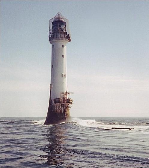 On dit que c'est le plus vieux phare construit dans l'eau : il affronte les vagues depuis plus de deux cents ans ayant été érigé en 1811 et il se trouve à 18 km de la côte ! Il est haut de 35 m et est visible sur 56 km. Quel est ce phare de la mer du nord, qu'on considère comme une des merveilles de la civilisation industrielle ?