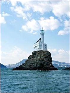 Le phare a été construit en 1937. Tous les navires entrant ou sortant doivent passer à proximité du phare, et cette familiarité en a fait un symbole de fierté. Quel est ce phare de 27,5 m de haut qui bénéficie d'une vue imprenable sur le port de Pusan ainsi qu'une vue nocturne incomparable ?