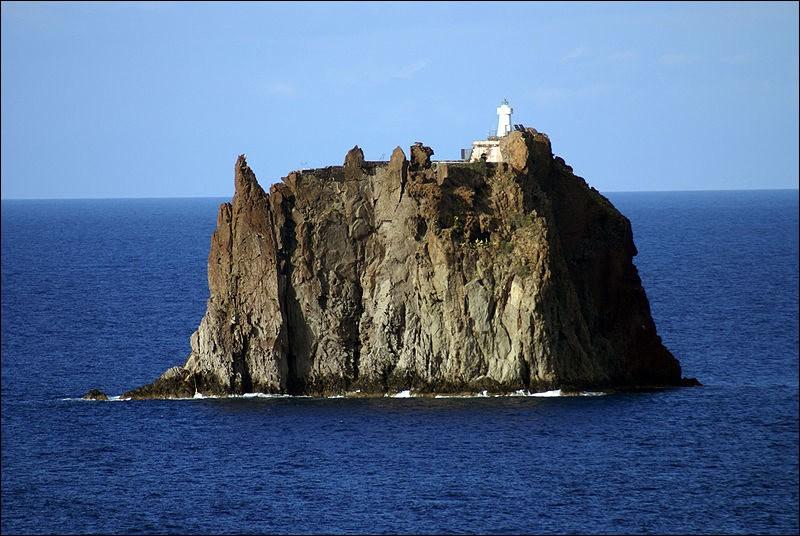 Ce phare est tout ce qu'il y a sur ce petit îlot d'origine volcanique, l'endroit le plus septentrional de la Sicile. Constitué uniquement de falaises, sans eau ni terre cultivable, l'endroit est inhabitable.Quel est ce phare construit en 1928 et opérationnel en 1938, aujourd'hui entièrement automatisée et géré par la marine italienne ?