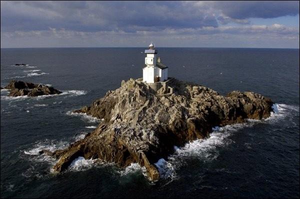Beaucoup de navires se sont échoués à cause des coraux appelés ''Chaussée de Sein''. En 1869, étant donné l'augmentation croissante du cabotage, on se décida à rendre la route plus sécuritaire et les navires n'avaient qu'à circuler entre ce phare et l'autre, ''La Vieille''.Quel est ce phare dont la particularité réside dans la présence d'une maison d'habitation pour le gardien et sa famille ?
