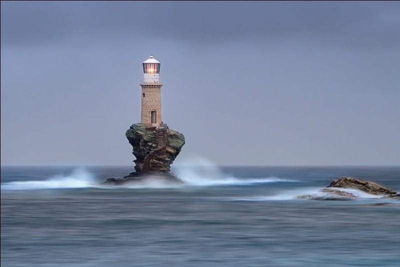S'élevant d'une colonne de pierres façonnée par les intempéries, des milliers d'années d'érosion naturelle pour devenir le socle idéal pour cet unique phare côtier de Tourlitis. Le premier phare de 1897, a été détruit pendant la Seconde Guerre mondiale. Quel est le nom de cette réplique qui est devenue le premier phare automatisé de ce pays ?