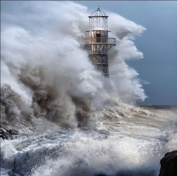 Ce phare est situé dans le sud du Pays de Galles. Il a été construit en 1865 en fonte ce qui lui vaut le surnom de ''Cast iron lighthouse '' ; il n'y en a pas d'autre pareil en Grande-Bretagne.Quel est ce phare, construit de 105 plaques de fonte constituant huit niveaux d'épaisseur, chaque plaque d'environ 32 millimètres fixée avec des boulons en fonte, pesant chacun 0,91 kg ?