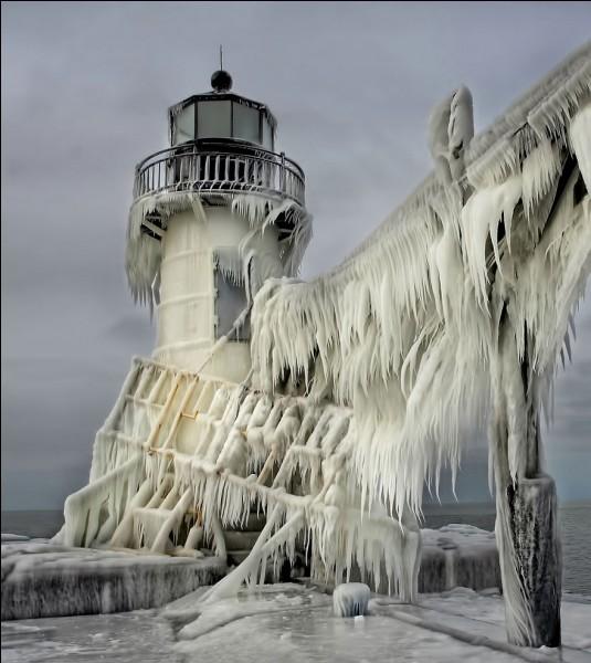 Le phare extérieur remonte en 1898 et commença à éclairer en 1906. Il s'agit d'une tour ronde en fonte haute de 10 m avec, à son sommet, une salle de surveillance ronde et une lanterne à 10 côtés. Il est relié au phare intérieur par une passerelle surélevée qui s'étend du rivage au phare extérieur. Quand tout cela gèle en hiver, c'est un autre monde. Êtes-vous en mesure de situer ce phare ?