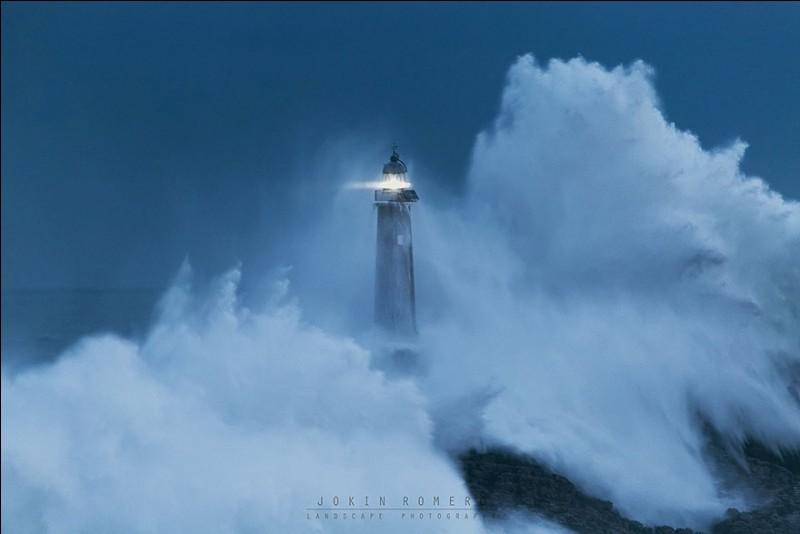 Malgré l'assaut constant de fortes vagues, ce phare résiste depuis sa construction en 1860. Il est maintenant automatisé. Jusqu'en 1921, il était habité par des gardiens, isolés pendant les tempêtes : en 1865, l'un d'eux a été emporté par la mer. En 1895, un autre mourut, mais son corps ne pu être enterré avant la fin de la tempête.Quel est le nom de ce solide phare près du port de Santander ?