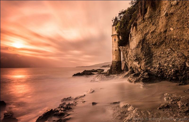 Il a été bâti en 1926 sur cette longue plage de sable blanc pour éclairer la côte ouest : l'endroit est public mais difficile d'accès. Le phare est étonnant d'aspect avec son architecture du 16e siècle. Quel est le nom de l'un des monuments les plus uniques et mystérieux situé au sud de ce grand État ? Cette tour était utilisée pour descendre de la falaise à la plage.