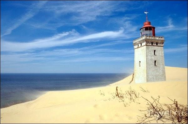 Ce phare a été construit en 1900 a été en service jusqu'en 1968 quand le sable a commencé à l'ensevelir au point qu'on ne le voyait plus de la mer. Entre 1980 et 2002, il a été un populaire musée mais finalement, l'érosion adjacente a occasionné la fermeture du musée : on prévoit qu'en 2030, le phare sera en mer, sous l'eau.Nommez ce phare, l'un des plus beau du pays :