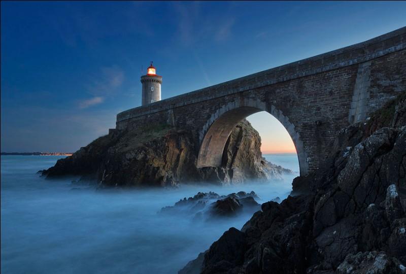 Il trône en face du fort du même nom et, comme vous voyez, est relié à la terre par un pont en pierre. Sa tour est de forme caractéristique cylindrique, construite en pierres, d'une hauteur de 26 m du sol et de 34 m de la mer. Il éclaire depuis 1848, automatisé en 1989.Quel est ce phare qui indique l'entrée en rade du deuxième port militaire de France ?