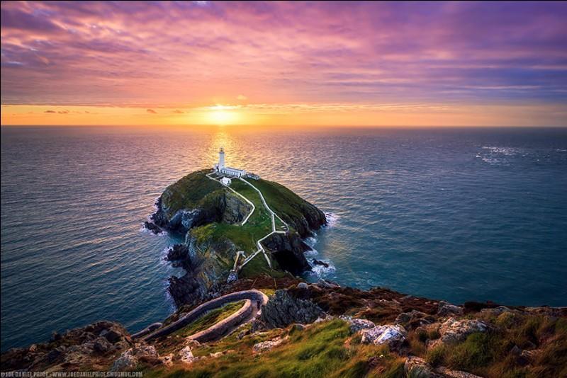 Ce phare de 28 m de haut a été construit par la Trinity House en 1809. Comme vous le voyez, il est situé sur une petite île accessible par une descente de 400 marches depuis les falaises.Quel phare émet une lumière blanche visible jusqu'à 44 km sur la route maritime Dublin-Holyhead-Liverpool ?