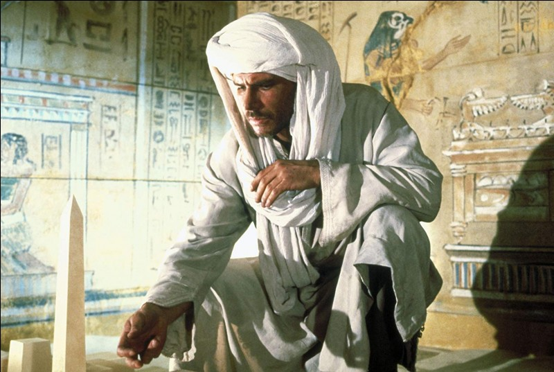 Le prof d'archéologie passe par l'Egypte pour retrouver un trésor perdu, l'Arche d'Alliance, la toute puissante. Quelle est la nationalité du méchant archéologue qui est allié aux nazis ?