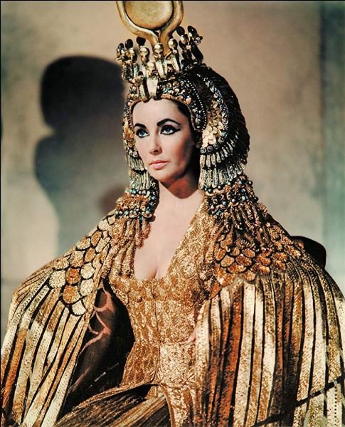 """La splendeur mode hollywoodienne de l'Egypte antique, dans ce grand film """"Cléopâtre"""". De qui Cléopâtre était-elle l'épouse ?"""