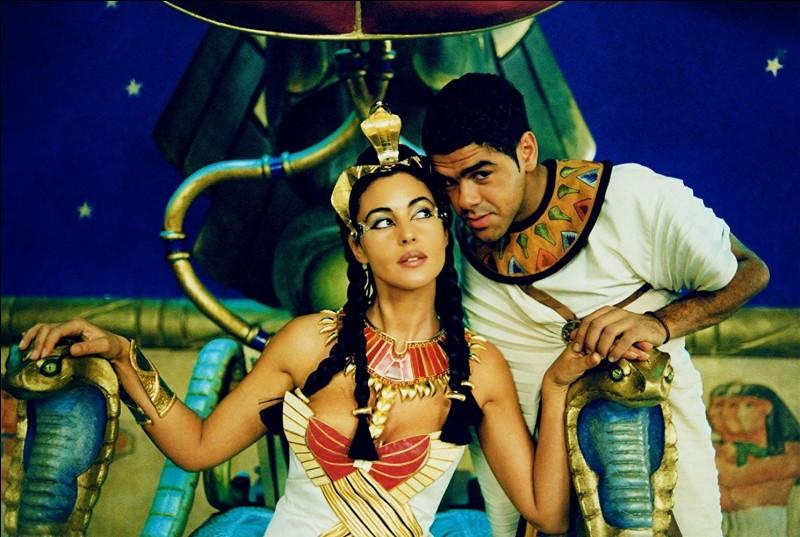 Fou rire garanti avec l'Egypte antique revue façon Alain Chabat, qui ajoute l'humour des Nuls à l'humour de Goscinny. Qui est l'interprète de la Reine d'Egypte ?