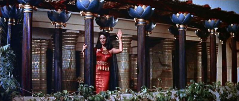 """Un très bon film, """"La terre des pharaons"""", avec une toute jeune Joan Collins, en épouse de pharaon qui fait construire la pyramide qui sera son tombeau. La scène finale est impressionnante... Qui est le pharaon du film, qu'on ne peut oublier ?"""