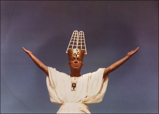 """Un film moins connu """"Le pharaon"""", dont les costumes sont extraordinaires, tout comme les coiffures des personnages féminins. Réalisé par Jerzy Kawalerowicz, quelle est la nationalité du film qui se veut une allégorie ?"""