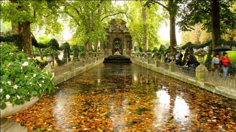Créé en 1612, à la demande évidente de Marie de Médicis dans le but d'entourer de verdure ce grand palais habité par la royauté, le jardin offre quelques 23 hectares de parterres de fleurs et de sculptures. J'y ai fait mes premiers pique-niques en sol européen. Il est aujourd'hui l'un des parcs les plus appréciés des Parisiens pour prendre le temps de vivre. Quel est son nom ?