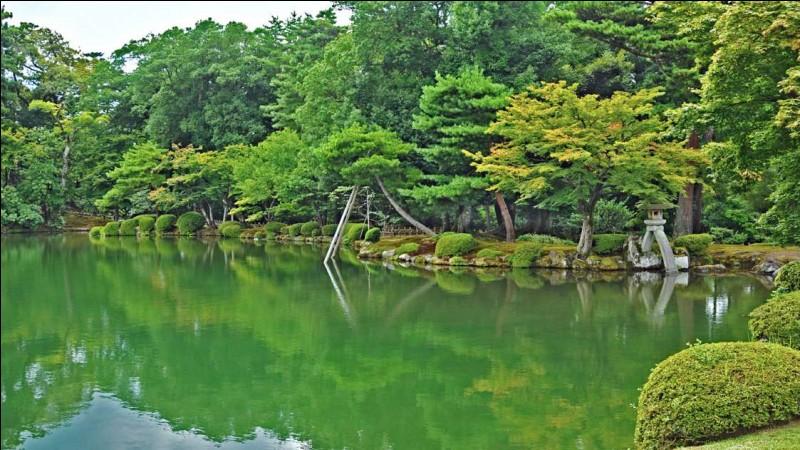 """Le nom de parc signifie """"jardin aux six aspects"""". Il offre 11,4 hectares à la contemplation où la beauté des arbres et des fleurs s'admire en toutes saisons.Quel nom porte ce jardin, qui offrirait toutes les qualités du jardin idéal, soit l'espace, la sérénité, la vénérabilité, le panorama, la subtilité et la fraîcheur ?"""