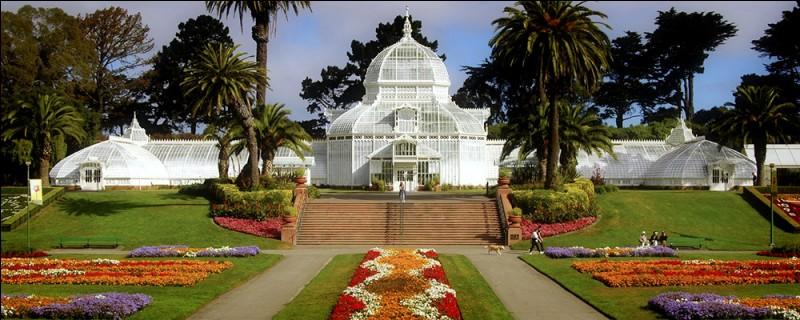 La vocation de ce jardin, qui fait partie du Golden Gate Park, est de ''Connecter les gens et les plantes dans un lieu d'une beauté exceptionnelle''. On s'efforce d'offrir une expérience intime avec des plantes en voie de disparition. Visitez sa rare collection de plantes tropicales, logée dans un ancien bâtiment, tout de verre et de bois. Endroit inscrit aux lieux nationaux historiques :