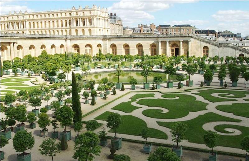 J'étais à admirer quand quelqu'un m'a glissé à l'oreille : ''Ce n'est pas comme pour les jardins anglais''. Ces beaux jardins ordonnés du château ont été conçus à la demande de Louis XIV par le paysagiste André Le Nôtre. Ce que l'on offre à la visite c'est rien de moins qu'une superficie de 830 hectares avec 200 000 arbres.Quel est cet endroit où l'on trouve aussi le Petit Trianon ?