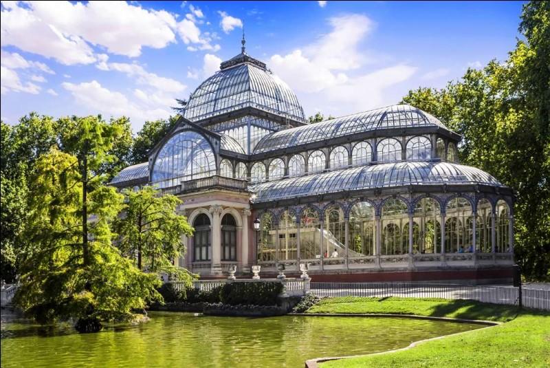 Sur ses 125 hectares, on retrouve plus de 15 000 arbres. Le parc, un poumon pour la ville, offre aussi une roseraie, un jardin de vivaces et un parterre français avec un cyprès chauve qui serait le plus vieil arbre en ville avec environ 400 ans.Dans quel parc retrouve-ton le Palacio de Cristal que nous voyons ici et le Palacio de Velazquez ?
